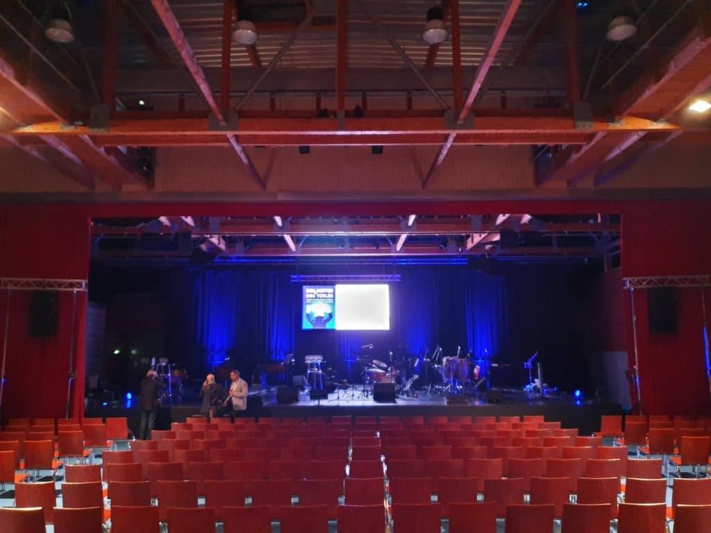 Salle de spectacle avec scène et écran géant